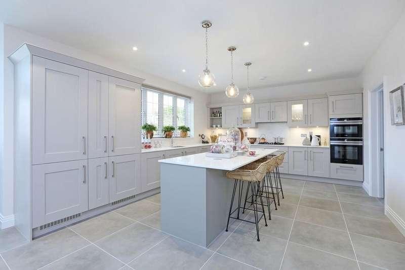 5 Bedrooms Detached House for sale in Tudor Court, Hollybush Hill, Stoke Poges, SL2