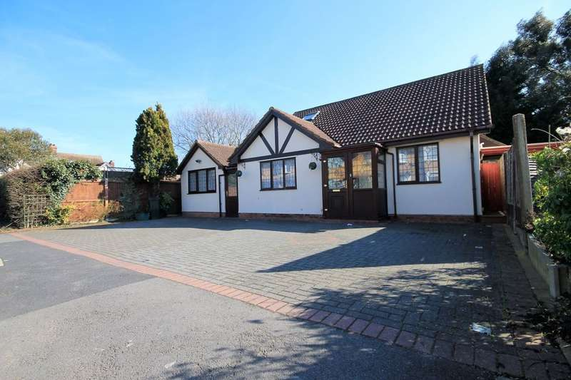 4 Bedrooms Detached Bungalow for sale in Lakeland Close, Chigwell, IG7