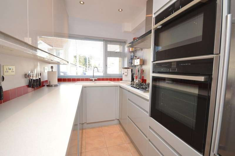 4 Bedrooms Town House for sale in Willow Street, Romford, RM7