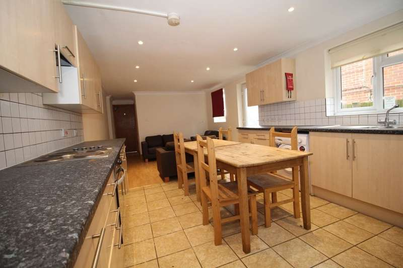 7 Bedrooms Semi Detached House for rent in Lodge Road, Southampton, SO14