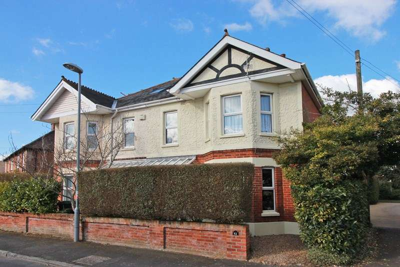 3 Bedrooms Semi Detached House for sale in Douglas Avenue, Christchurch