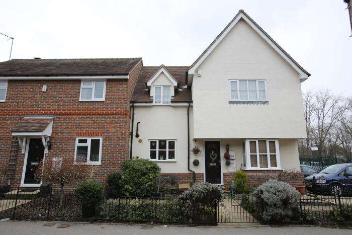 3 Bedrooms Semi Detached House for sale in OAKLAND MEWS, ONGAR CM5