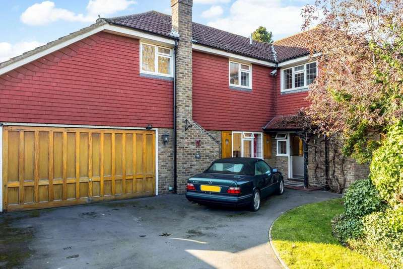 4 Bedrooms Detached House for sale in Oakwood Chase, Hornchurch, Essex, RM11