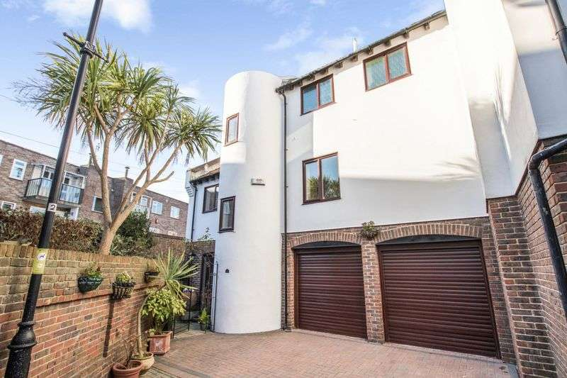 3 Bedrooms Property for sale in Oyster Mews, Portsmouth