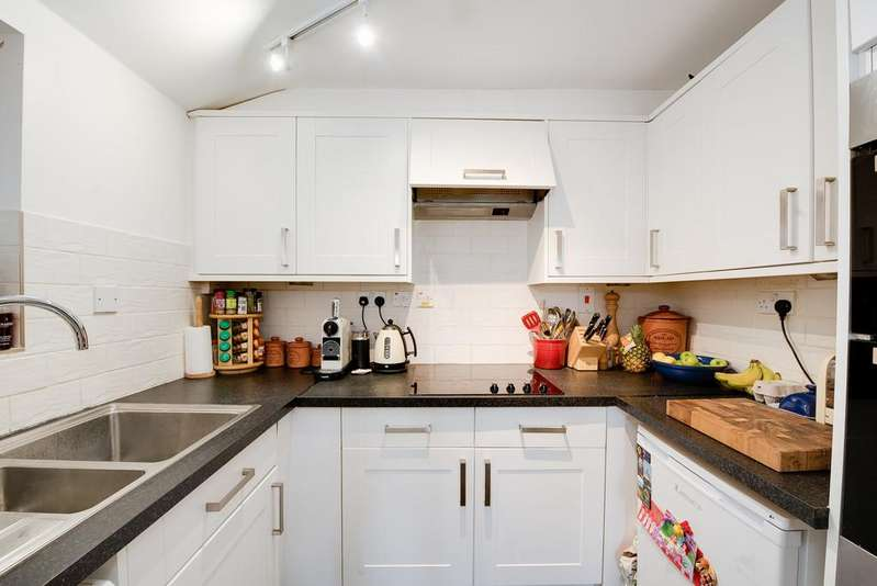 2 Bedrooms Apartment Flat for sale in Little Dean Court, Stockbridge