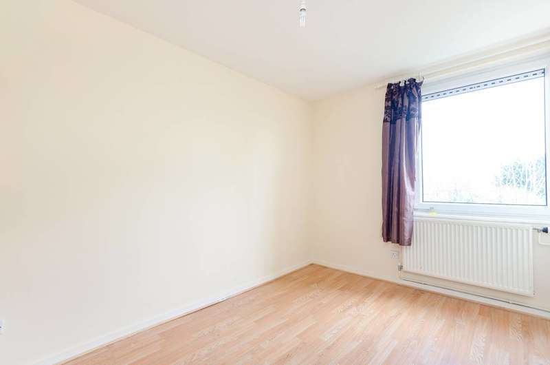 2 Bedrooms Flat for rent in Deacons Walk, Hampton, TW12