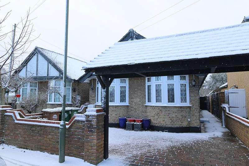 3 Bedrooms Detached Bungalow for sale in Linkscroft Avenue, Ashford, Surrey, TW15 2BE