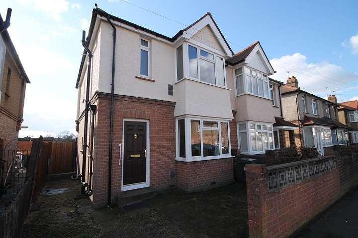 3 Bedrooms Semi Detached House for sale in Shaftesbury Avenue, Feltham, TW14