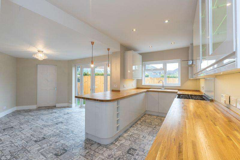 4 Bedrooms Semi Detached House for sale in Whyke Road, Chichester
