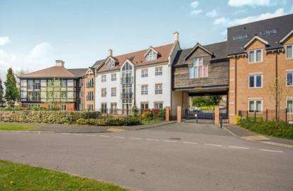 2 Bedrooms Flat for sale in Hermitage Court, Oadby, Leicester