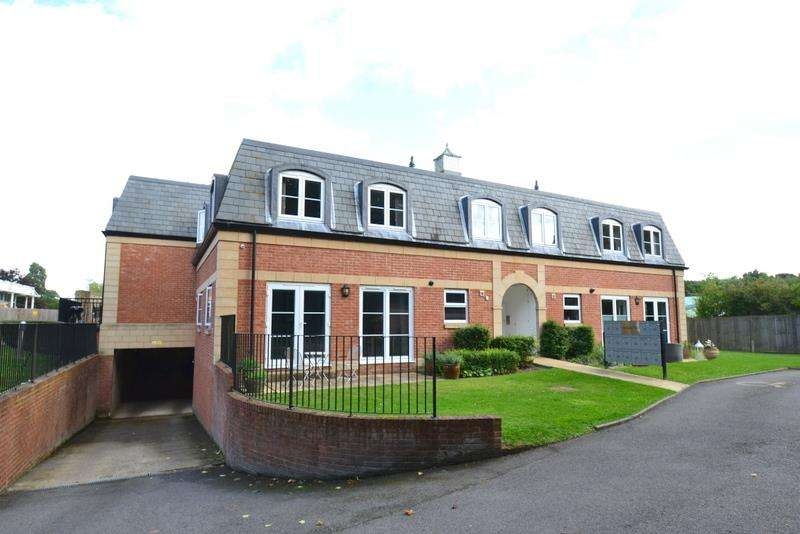 2 Bedrooms Apartment Flat for rent in Crabbett Park, Worth, Crawley