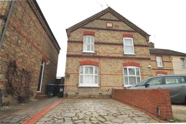 3 Bedrooms Semi Detached House for sale in Wendover Road, Staines-upon-Thames, Surrey