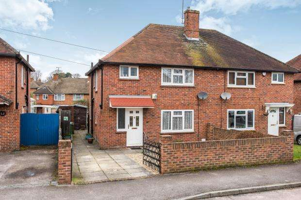 3 Bedrooms Semi Detached House for sale in Bagshot, Surrey