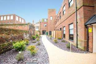 2 Bedrooms Flat for sale in St James House, Castle Street, Canterbury