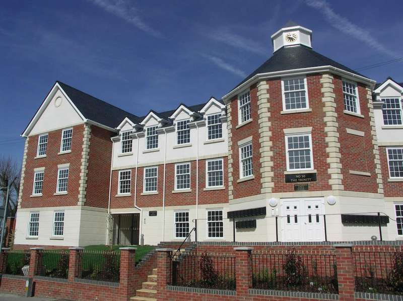 2 Bedrooms Flat for rent in Crown Hill, Rayleigh