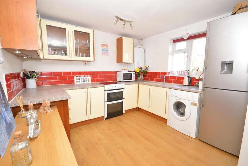3 Bedrooms Semi Detached House for sale in Craigdale Road, Hornchurch, Essex, RM11