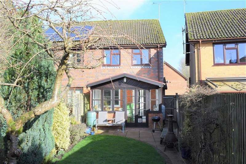 3 Bedrooms Semi Detached House for sale in Eggars Field, Farnham, Hampshire