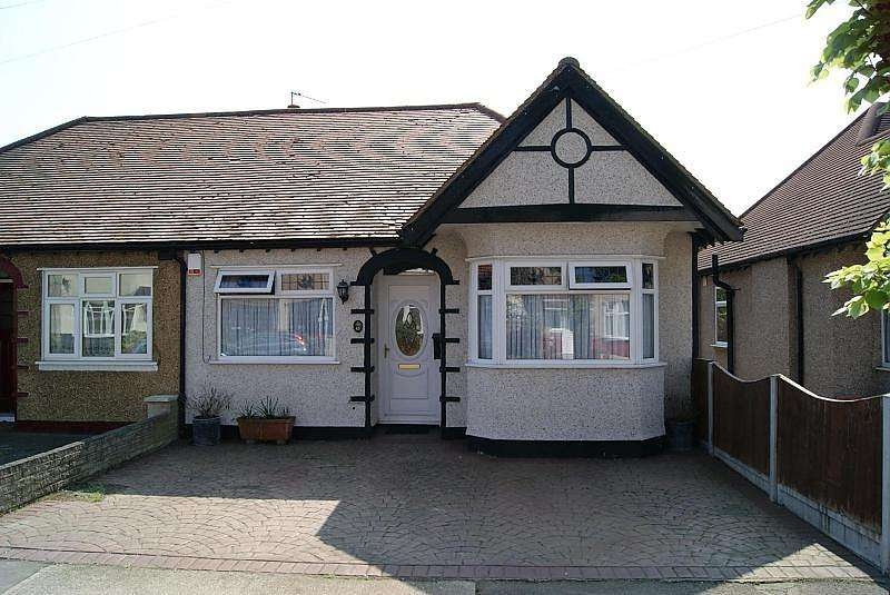 2 Bedrooms Semi Detached Bungalow for sale in Hillview Avenue, Hornchurch, Essex, RM11