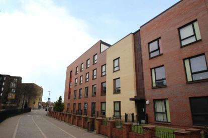 2 Bedrooms Flat for sale in Langlands Road, Glasgow