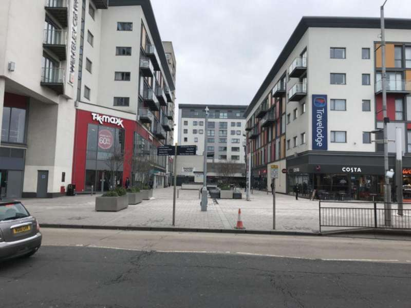2 Bedrooms Flat for sale in Manor Court, Central Square, Wembley, HA9