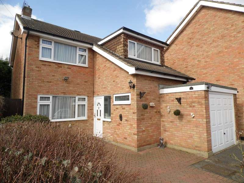 3 Bedrooms Detached House for sale in Gilbert Close, Rayleigh