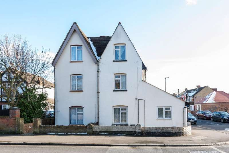3 Bedrooms Flat for sale in Ashford Road, Feltham, TW13