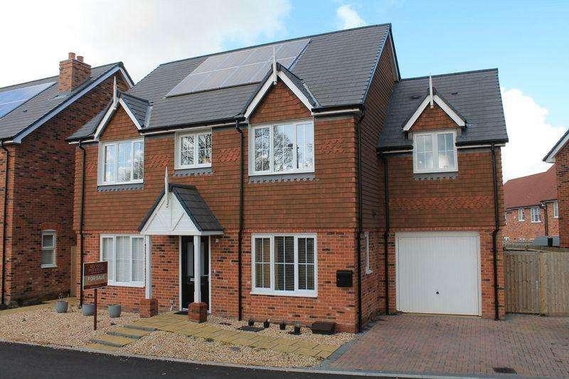 5 Bedrooms Detached House for sale in Hawthorn Way, Billingshurst