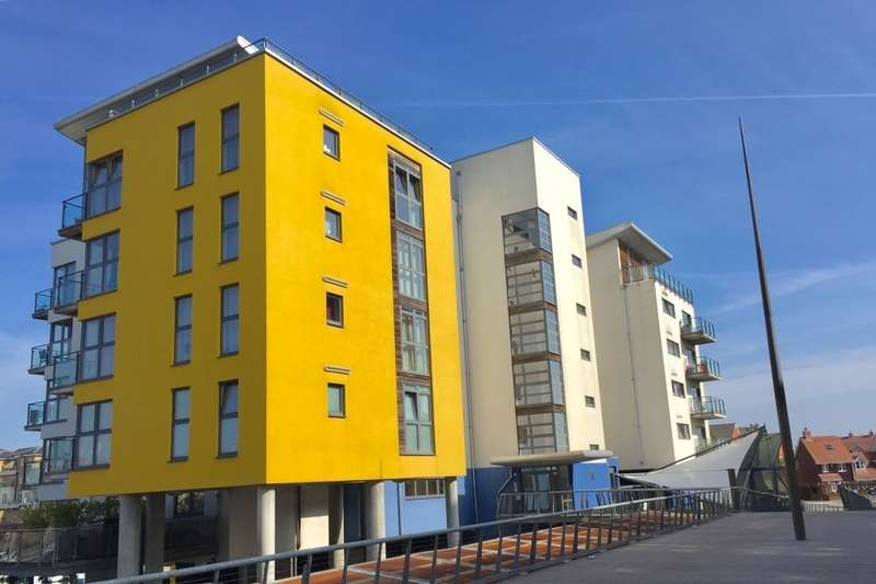 2 Bedrooms Flat for sale in Midway Quay, Eastbourne, BN23