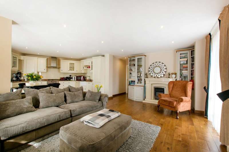 2 Bedrooms Flat for sale in Prince of Wales Drive, Battersea Park, SW8