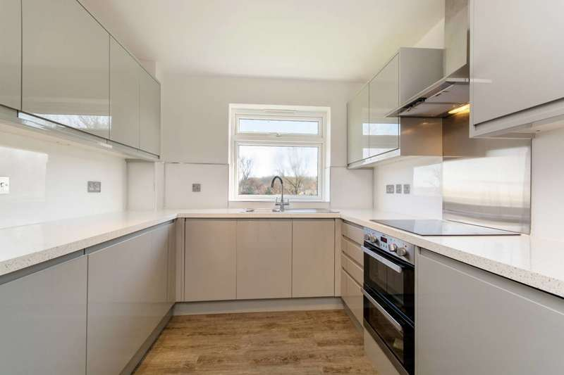 2 Bedrooms Flat for sale in Wimbourne Court, Croydon, CR2