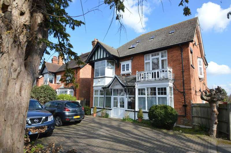 3 Bedrooms Apartment Flat for sale in Hersham Road, WALTON ON THAMES KT12