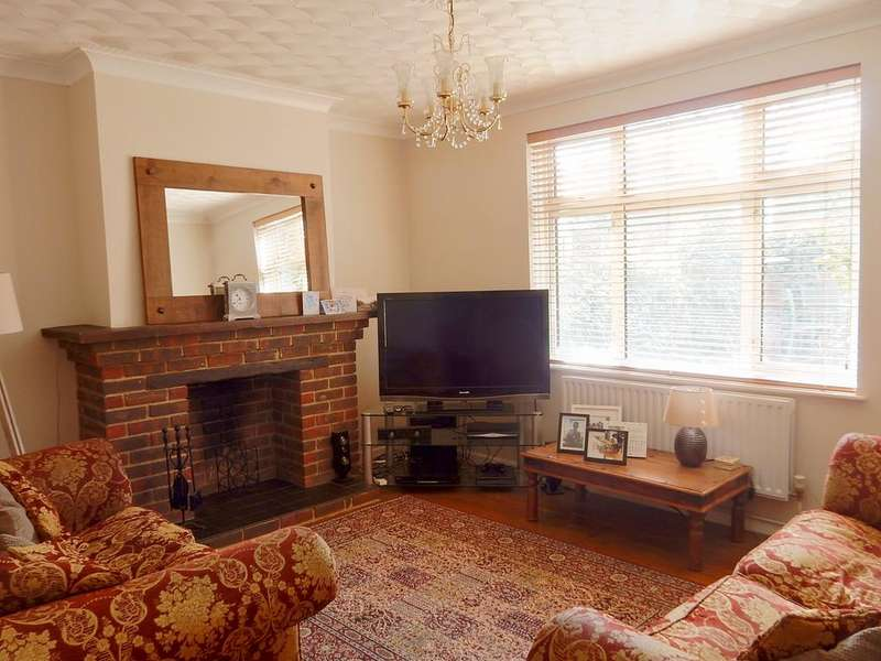 4 Bedrooms Semi Detached House for sale in Fossway, Dagenham RM8
