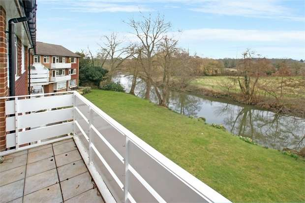 2 Bedrooms Flat for sale in Kingfisher Close, Hersham, WALTON-ON-THAMES, Surrey