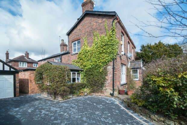 3 Bedrooms Semi Detached House for sale in Green Lane, Timperley