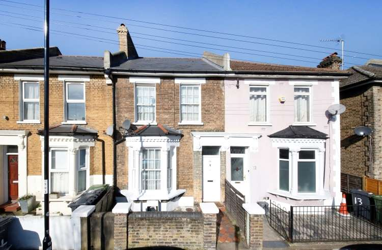 3 Bedrooms Terraced House for sale in Harcourt Road London SE4