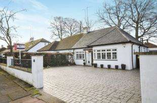 2 Bedrooms Bungalow for sale in High Beeches, Sidcup, .