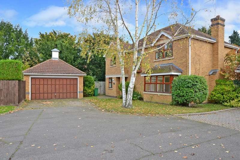 4 Bedrooms Detached House for sale in St. Andrews Gardens, Cobham KT11
