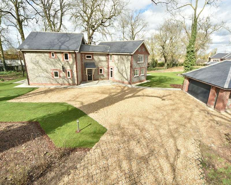 4 Bedrooms Detached House for sale in Hall Drive, Lakenheath, Brandon