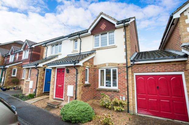 3 Bedrooms Semi Detached House for sale in Knaphill, Surrey, .