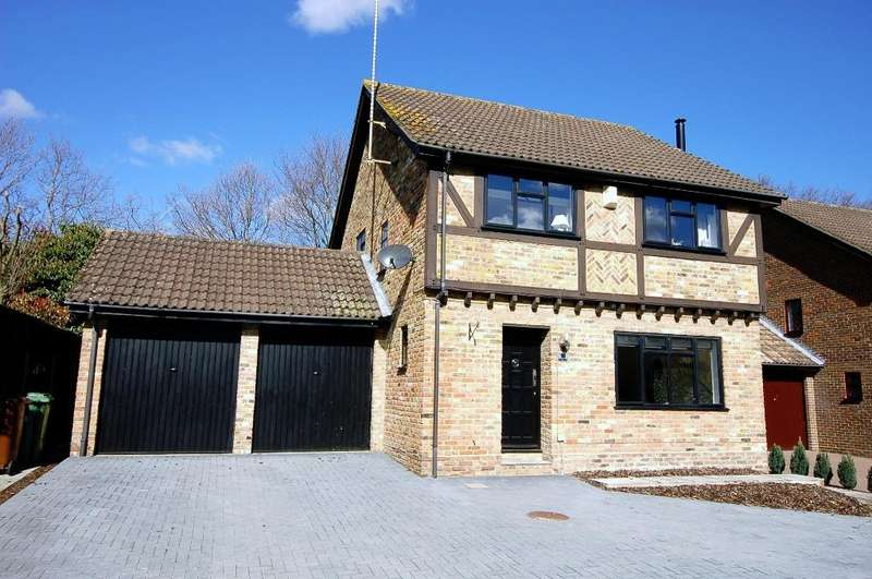 4 Bedrooms Detached House for sale in Kemp Court, Bagshot