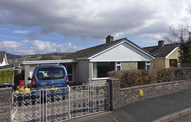 3 Bedrooms Bungalow for sale in Beechwood Road, Llangattock, Crickhowell, Powys.