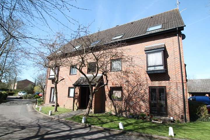 Studio Flat for sale in The Oaks, Moormede Crescent, Staines-Upon-Thames, TW18