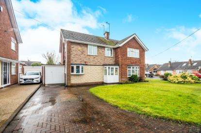 3 Bedrooms Semi Detached House for sale in Woodside Way, Woodlands Estate, Willenhall, West Midlands