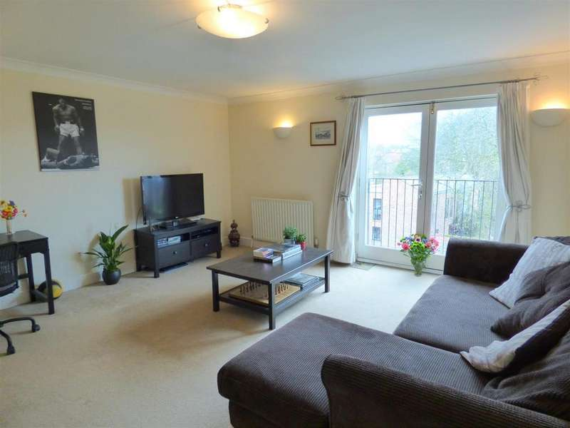 3 Bedrooms Flat for sale in Regal Court, Manor Road, Beverley, East Yorkshire, HU17 7GD