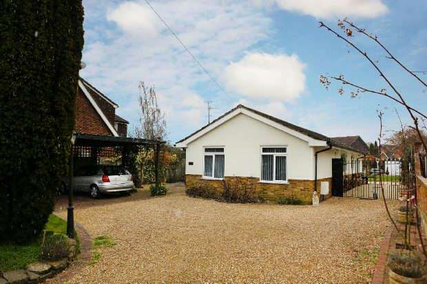 3 Bedrooms Detached Bungalow for sale in Hyde End Road, Spencers Wood, Reading