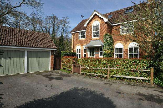 5 Bedrooms Detached House for sale in Phillips Close, Woodley, Reading,