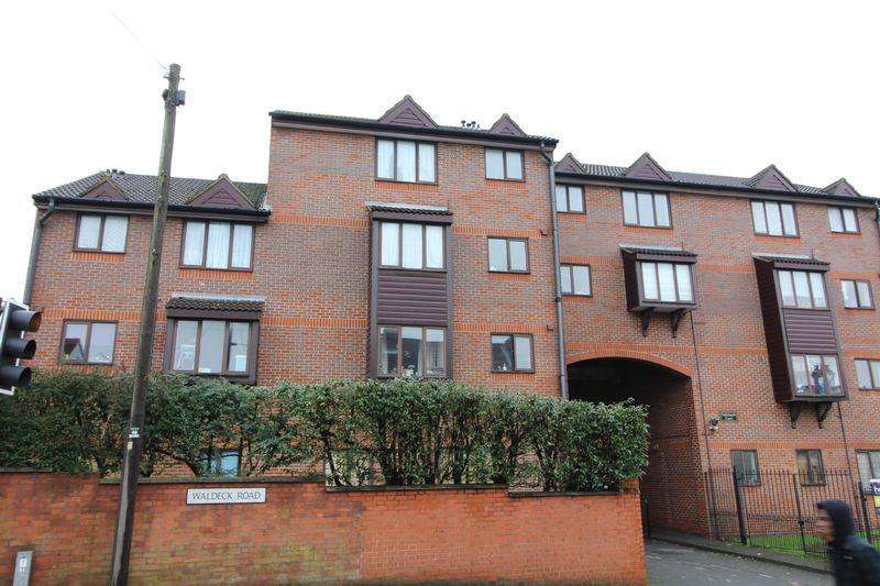 2 Bedrooms Flat for sale in Central location - Nightingale Court, Luton