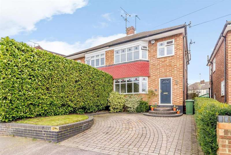 3 Bedrooms Semi Detached House for sale in The Meadows, Ingrave, Brentwood