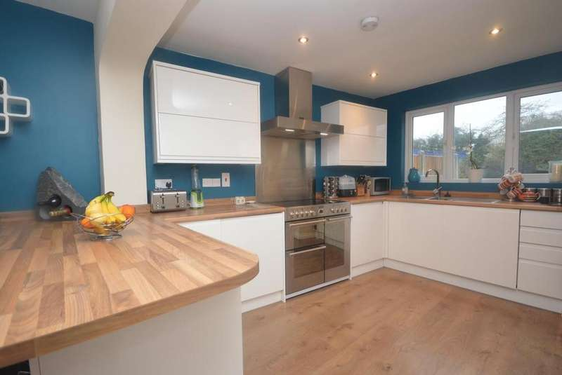 3 Bedrooms Terraced House for sale in Southend Arterial Road, Gidea Park, RM2