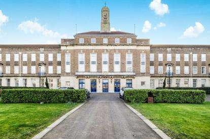 2 Bedrooms Flat for sale in 566 Longbridge Road, Dagenham